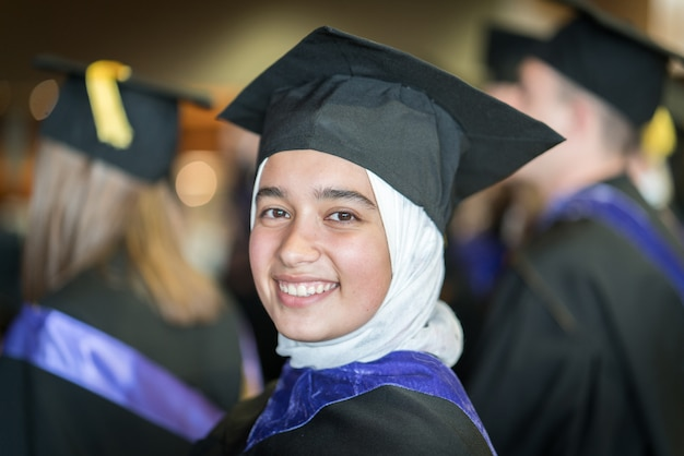 Étudiante musulmane sur la cérémonie de remise des diplômes