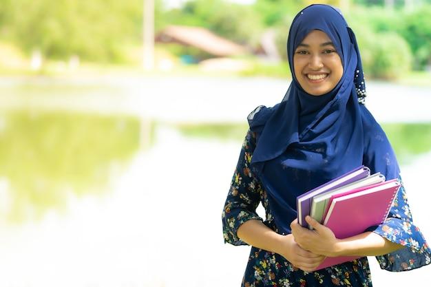 Étudiante musulmane avec portrait de livres