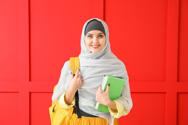 Étudiante musulmane sur la surface de couleur