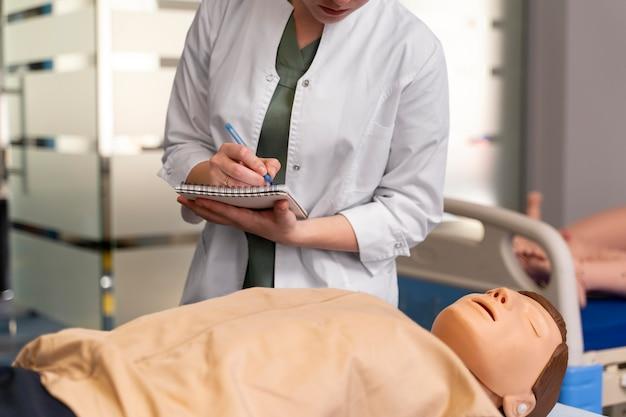 Étudiante pratiquant la médecine