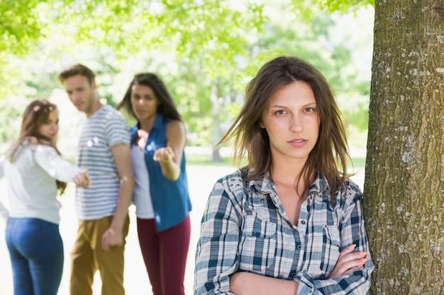 Étudiante solitaire intimidée par ses pairs