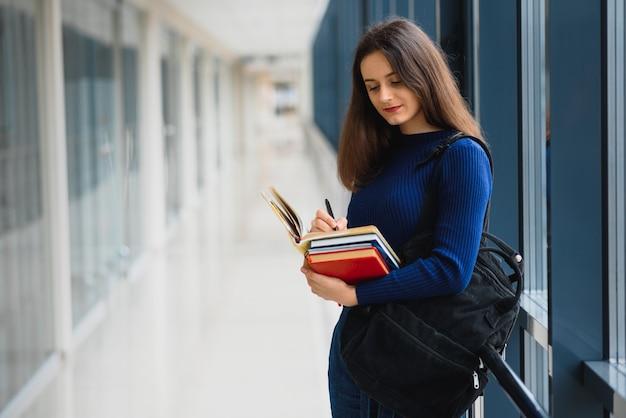 Une étudiante souriante améliore son avenir en assistant à des conférences régulières