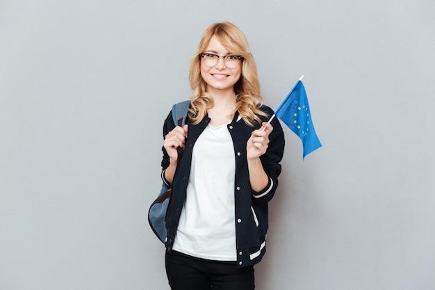 Étudiante tenant le drapeau européen