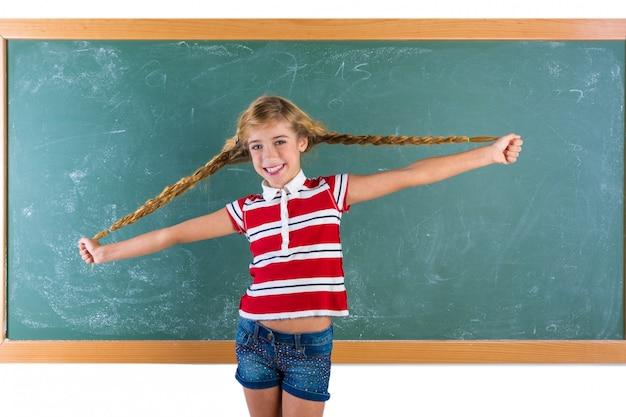 Étudiante tressée blonde fille jouant avec des tresses
