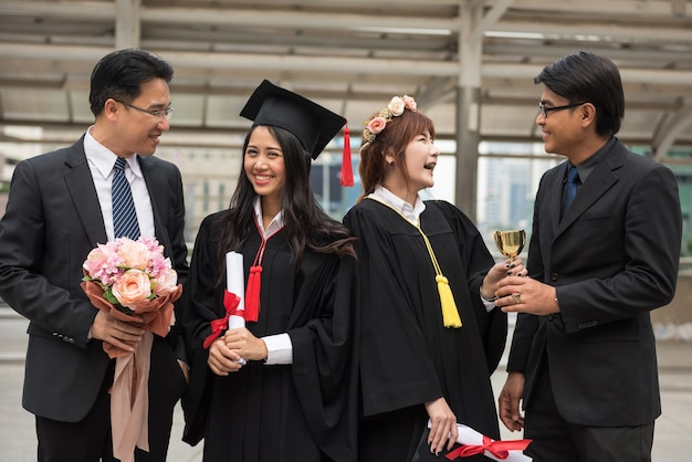 Étudiantes diplômées avec famille