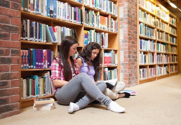 Les étudiantes avec un livre