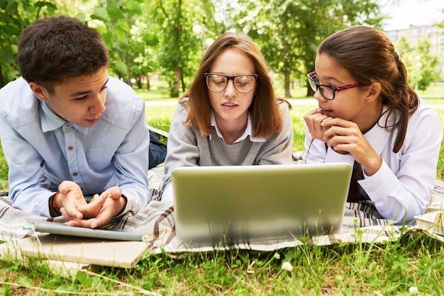 Étudiants adolescents à sunny park