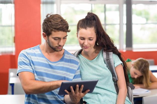 Étudiants à l'aide de tablette numérique en salle de classe