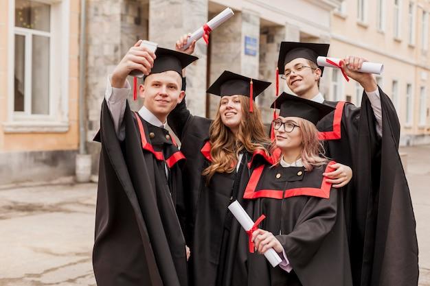 Étudiants à angle élevé prenant selfie