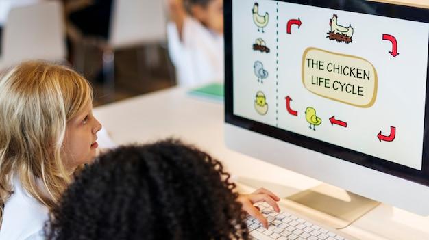 Étudiants apprenant le concept d'apprentissage en ligne de biologie