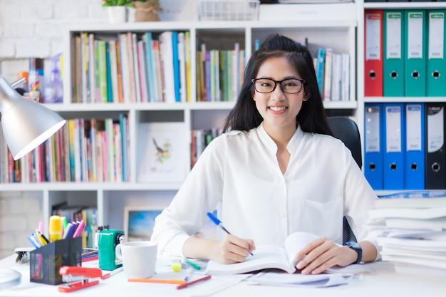 Étudiants asiatiques elle a lu une leçon d'examen de livre. à la maison