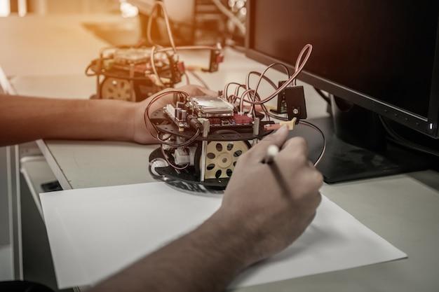 Des étudiants asiatiques pensent et apprennent la robotique stem education pour créer des projets