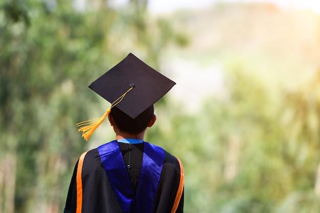 Les étudiants asiatiques portaient des costumes à froufrous noirs, des chapeaux noirs et des glands jaunes le jour de la remise des diplômes.