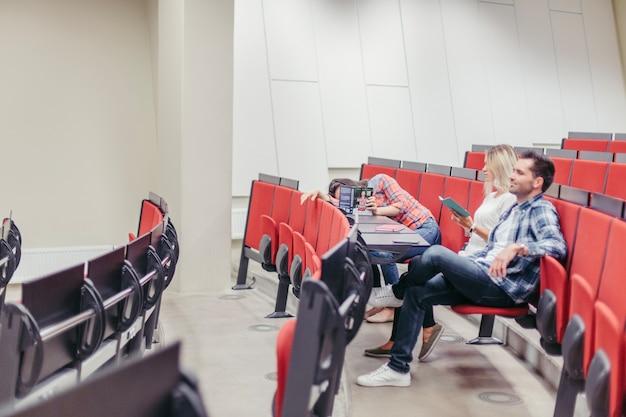 Étudiants assis dans l'amphithéâtre de l'université