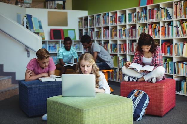 Étudiants attentifs qui étudient en bibliothèque