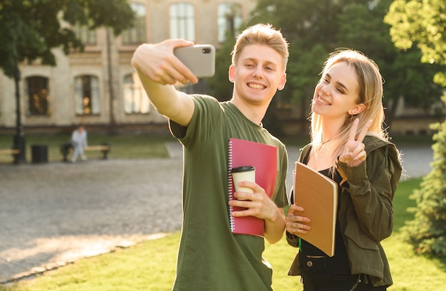 Étudiants ayant une conversation dans le parc