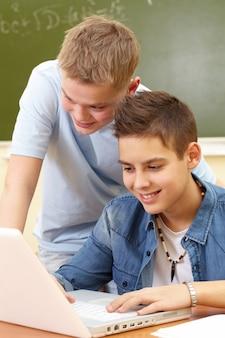 Les étudiants bénéficiant de leur temps libre en classe