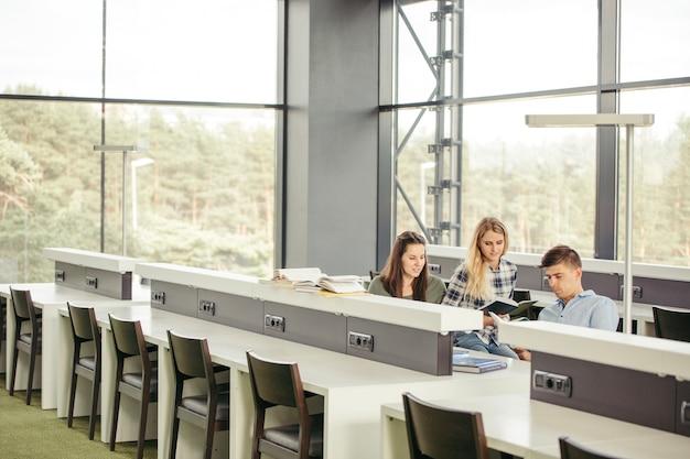 Étudiants en bibliothèque au collège