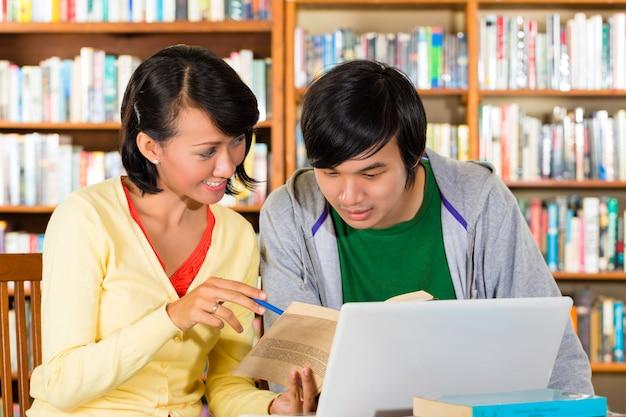 Les étudiants en bibliothèque forment un groupe d'apprentissage