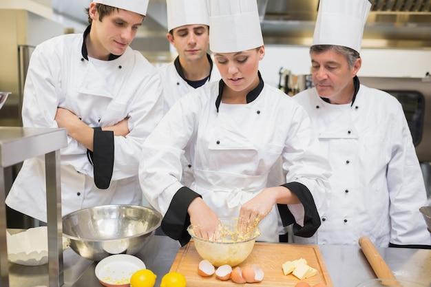 Les étudiants culinaires apprennent à mélanger la pâte