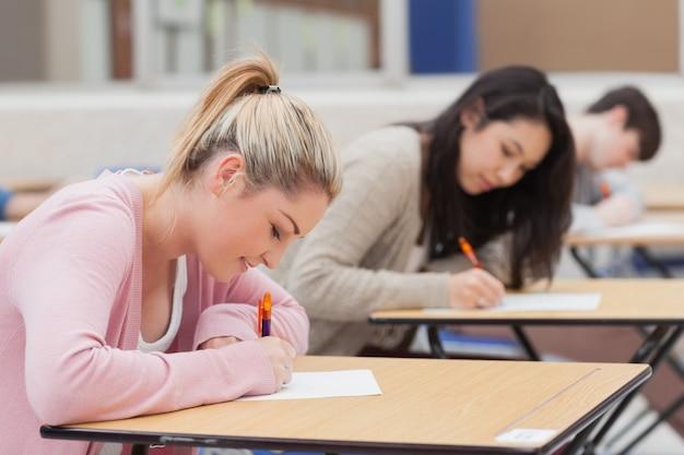 Étudiants dans la salle d'examen