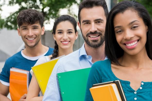 Étudiants debout dans une rangée