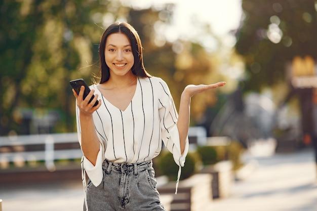 Étudiants debout dans une ville avec un téléphone mobile