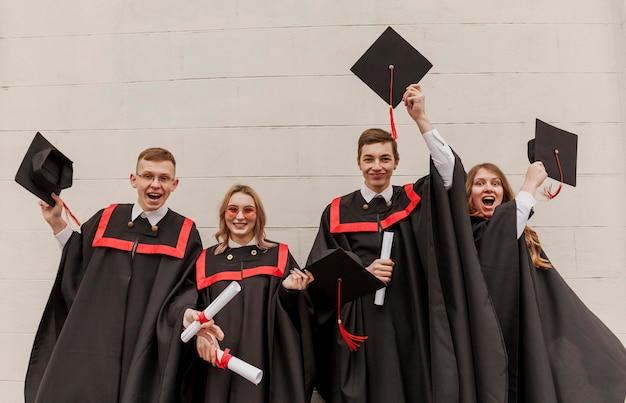 Étudiants diplômés à faible angle