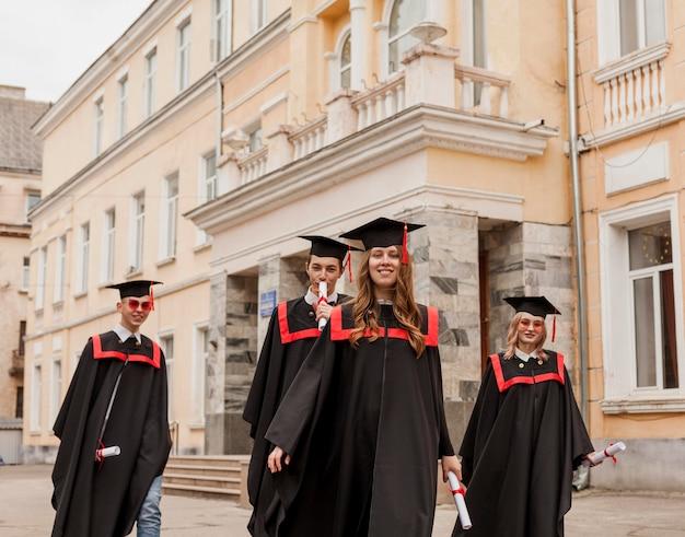 Étudiants diplômés marchant