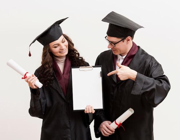 Étudiants diplômés, tenue, presse-papiers