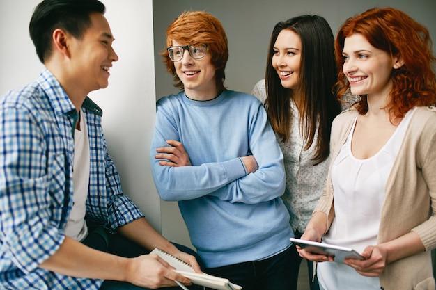 Les étudiants discutent dans la salle de classe