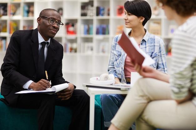 Des étudiants discutent avec un investisseur lors d'une réunion