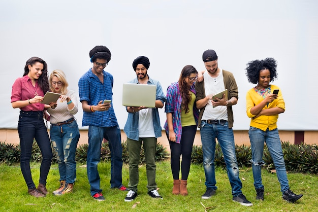 Étudiants du collège à l'aide d'appareils numériques
