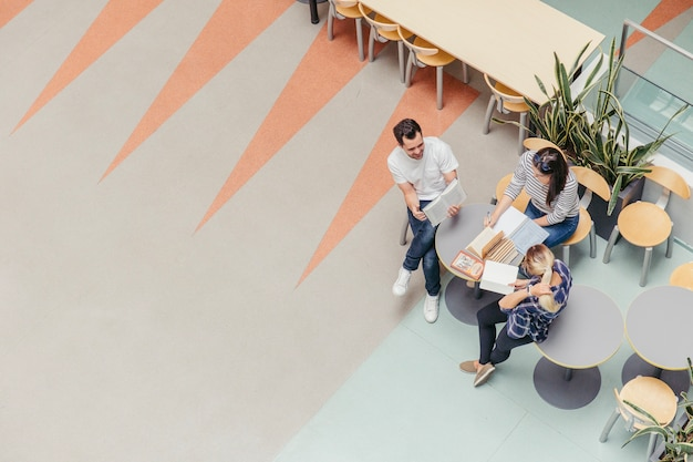 Étudiants du collège assis avec des livres