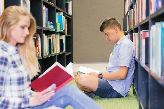 Étudiants du collège dans la bibliothèque