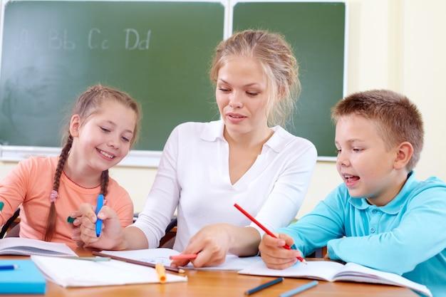 Les étudiants de l'enseignant aide en classe