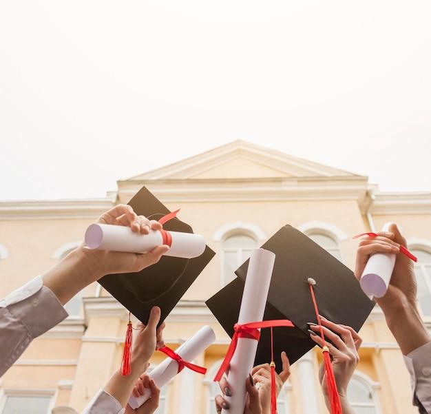 Étudiants à faible angle avec diplôme