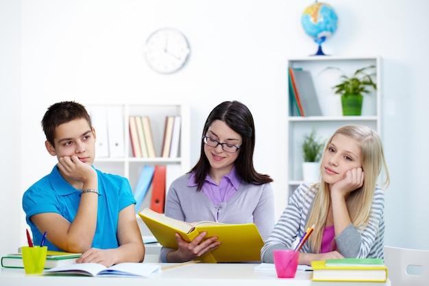 Étudiants fatigués en classe
