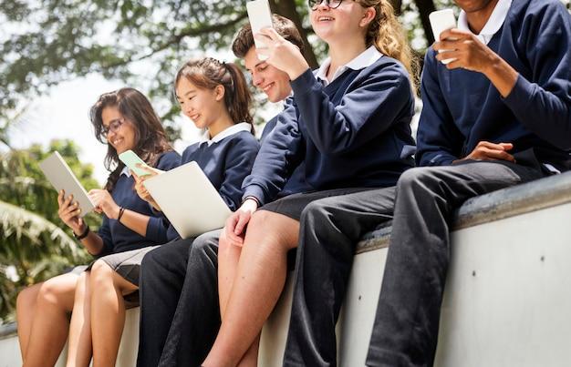 Des étudiants font leurs devoirs dans le parc