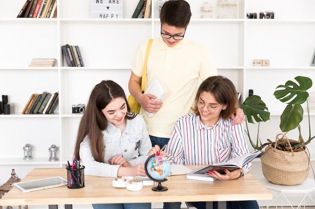 Des étudiants font leurs devoirs ensemble