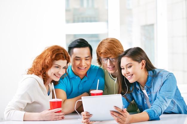 Étudiants happy regarder une vidéo