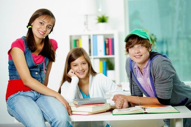 Étudiants heureux d'attente pour l'enseignant