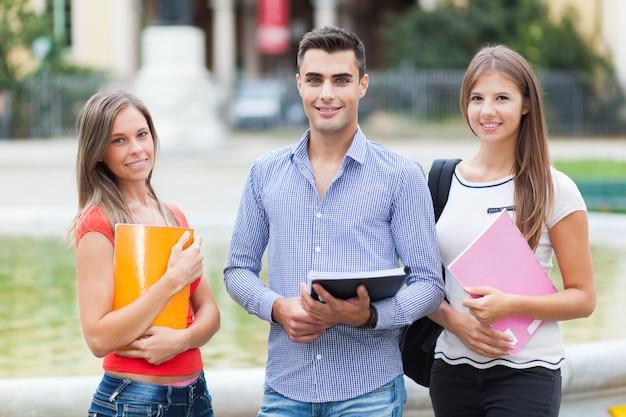 Étudiants heureux en plein air souriant en toute confiance