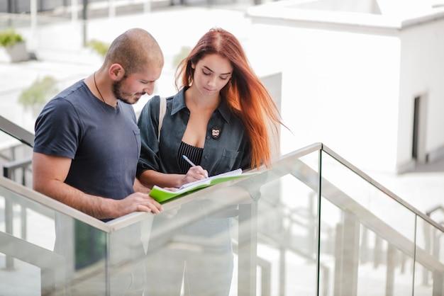 Etudiants homme et femme à l'escalier