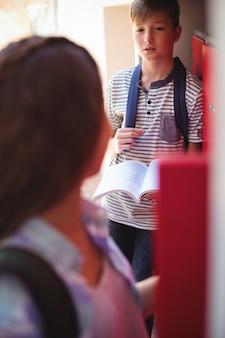 Les étudiants interagissent les uns avec les autres dans les vestiaires