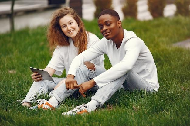 Les étudiants interraciaux s'amusent et rient joyeusement dans le parc