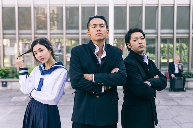 Étudiants japonais réunis à l'extérieur