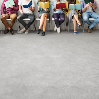 Étudiants jeunes adultes lecture éducation concept de connaissances