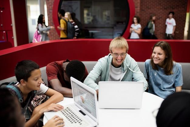 Les étudiants en ligne avec un ordinateur portable