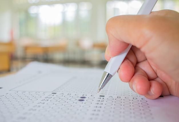 Les étudiants main testant faire l'examen avec un dessin au stylo choisi